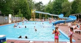 Ook grotere kinderen en volwassenen kunnen genieten van een mooi zwembad met grote glijbaan