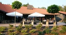 Het terras van restaurant De Ruggestee op recreatiepark 't Veluws Hof.
