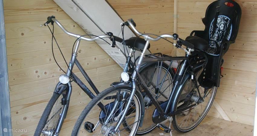 Er staan twee fietsen en 1 fietzitje klaar om mooie fietsroutes mee af te leggen.