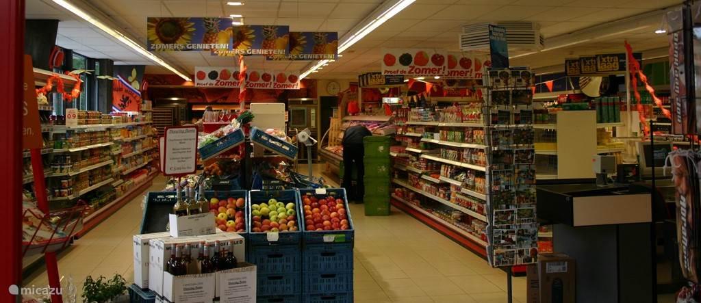 Een supermarkt met ruim assortiment is op het park aanwezig.