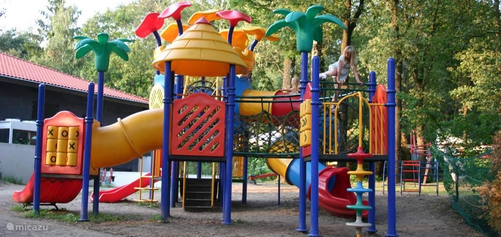 Een van de vele speeltuintjes op het park
