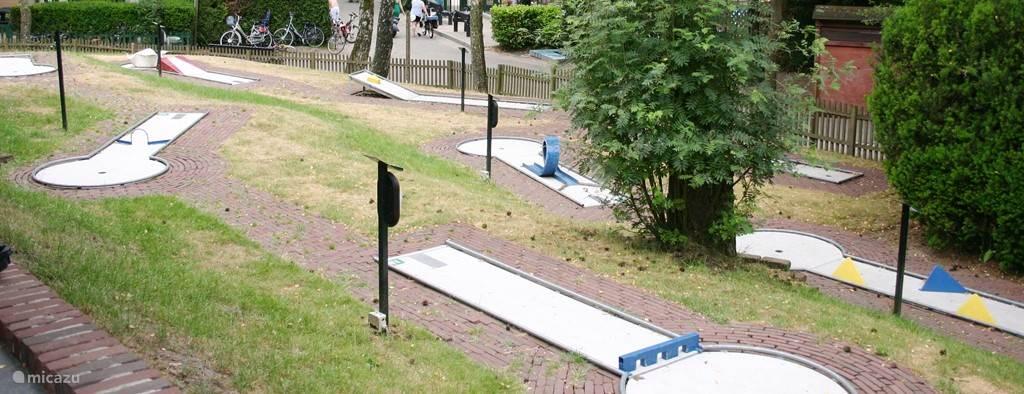Midgetgolven kan ook op het park