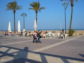 De boulevard van Valencia, is kilometers lang, met daarachter het strand