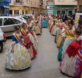Je komt ze op de meest vreemde tijden tegen deze mooi aangeklede jonge dames.