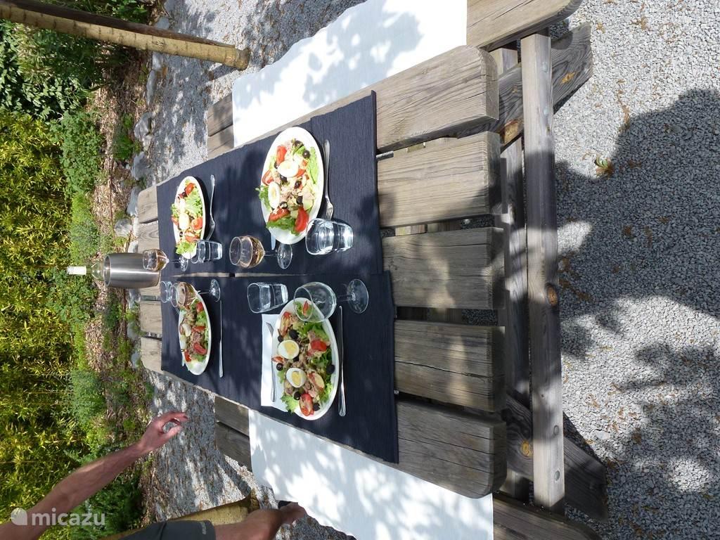 lunch onder moerbeibomen in de schaduw