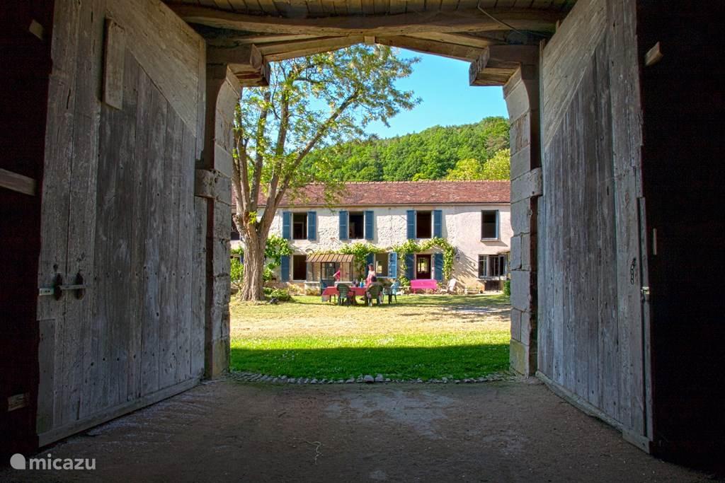 Aanzicht van het huis vanuit een van de schuren