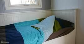 Slaapkamer 2 heeft een uitschuifbed en een eenpersoonsbed. Het campingbedje kan naar wens in een van de slaapkamers geplaatst worden.