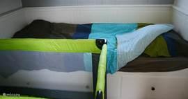 Het ledikant past naast het uitschuifbed wanneer deze ingeschoven is.