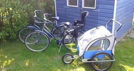 In de schuur staan twee fietsen en een fietskar voor u klaar.