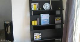 Het tijdschriftenrek met de informatieboeken, folders etc.