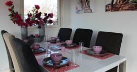 De eettafel is voorzien van zes stoelen. Er is ook een kinderstoel aanwezig. Buiten eten kan natuurlijk ook. Er is ook een tuinset aanwezig.