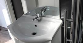 Een moderne en lichte badkamer om je even heerlijk op te frissen na een dag op het strand.
