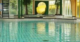 Met een grote buitenglijbaan is het zwembad ook erg geliefd bij grote kinderen