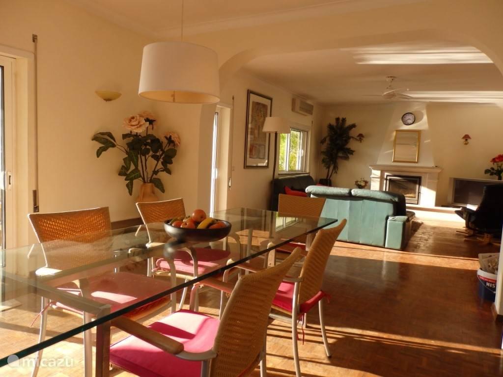 Woonkamer met trendy tafel en veel ruimte