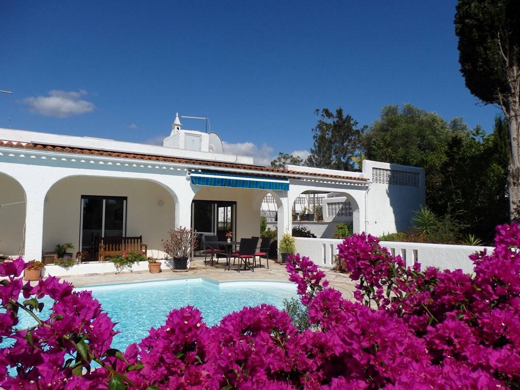 Komende vakantieperiode is onze villa nog beschikbaar, aanbieding: 18 mei - 19 juni € 795 pw  26 juni - 19 juli € 1.295 pw 20 aug - 8 sept € 995 pw
