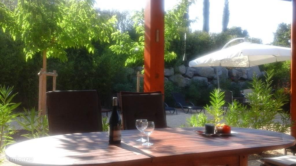 flinke eettafel buiten onder het overdekte terras (zie foto 6)