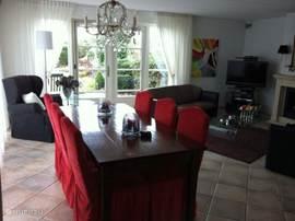 Woonkamer,2 driezits banken en 1 fautuil en salontafel.Eettafel 90/200 met 6 eetkamerstoelen.