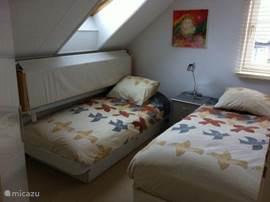 Slaapkamer 3, 1 boxspringbed en 1 eenpersoonsbed met zonnehemel/wand. 2 dekbedden 140x200 cm. , nachtkastje met lampje en een ladenkast.