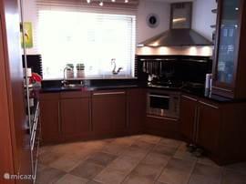 Luxe keuken in U vorm /inductie koken /koelvrieskast /combimagnetron/afzuigkap.