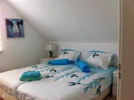 Slaapkamer 2: Twee boxspring bedden met twee dekbedden van 140/200cm + 2 kussens. Twee nachtkastjes met lampjes. Een commode en een inbouwkast hang/leg.