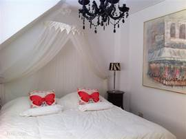 Slaapkamer 1, 2 x boxspring bedden, dekbed 240x200cm. kussens, 2 nachtkastjes met lampjes en een spiegel. Inbouwkast hang/leg.