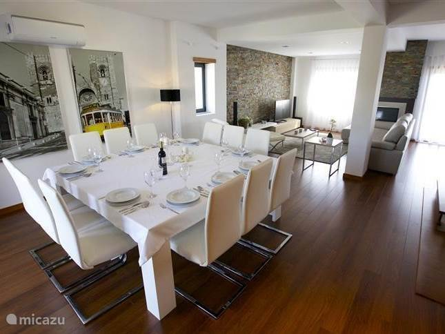 Inside Villa Mastlo is modern and cozy. A dining table for dinner with 12 people or play a game, a corner to watch TV (Dutch channels or DVDs through Blueray / 5.1) or a recliner to read a book; it's all there at Villa Mastlo. Air conditioning.