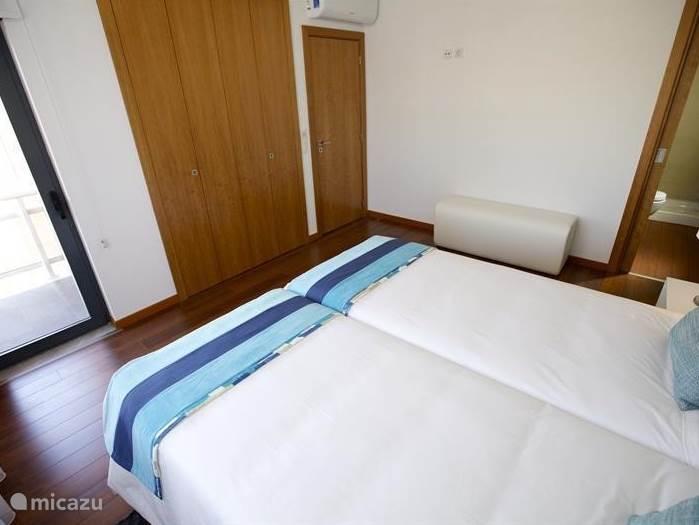 De slaapkamer aan de voorzijde (straatkant) met een eigen balkon, badkamer en-suite,  kastenwand en voorzien van airco en geluidssysteem in het plafond.