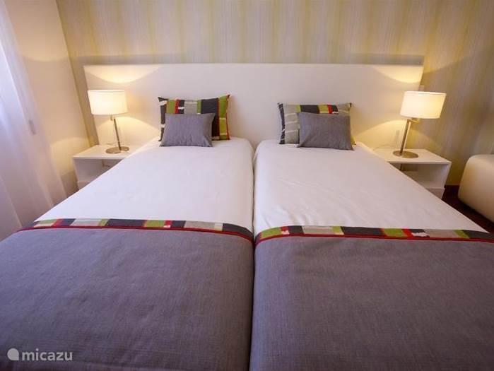 De slaapkamer aan de zijkant met badkamer en-suite, kastenwand en voorzien van airco en geluidssysteem in het plafond.