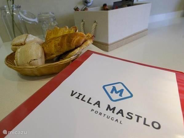 In Villa Mastlo vindt u een informatieboek, voorzien van uitleg over het huis en de systemen maar ook een zeer uitgebreide samenvatting van allerlei bezienswaardigheden en tripjes die u kunt ondernemen in de omgeving. Ook vindt u informatie over de supermarkt, benzinestation, ziekenhuis, etc.