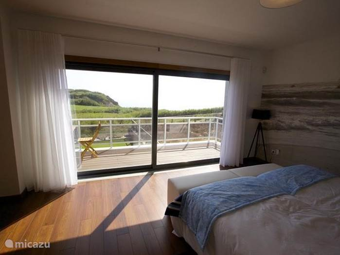 The master bed room on the first floor is the master bedroom. The bed is extra long (220 cm) and the balcony is accessible through the large sliding door. Adjacent to the bathroom is a large bathroom with sink, toilet, bidet, hydro massage shower and jacuzzi. Air conditioning.