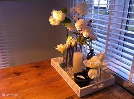 In het chalet vind u huiselijke details. Plekjes voor waxinelichtjes, vaasjes en bloemen.