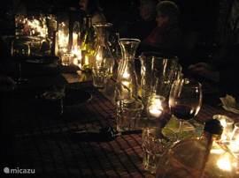 's Avonds buiten aan de lange tafel.