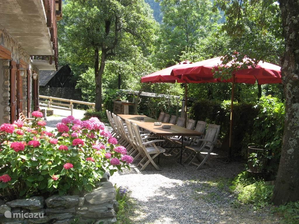Chalet Solneige in de zomer: heerlijk buiten dineren