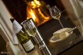 Bij de open haard, met een lekker glas wijn en een mooie kaas uit de regio. Wat wil je nog meer na een dag intensief skiën?