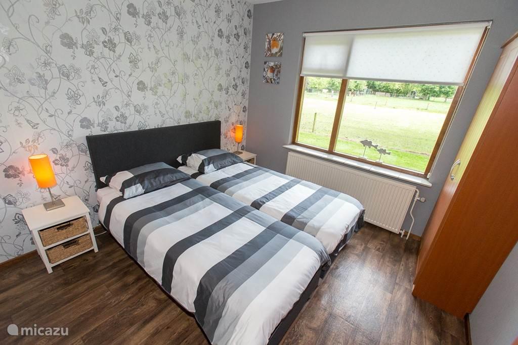 1e slaapkamer voorzien van boxspring bedden welke uit elkaar geschoven kunnen worden, led tv, en 2 kledingkasten.