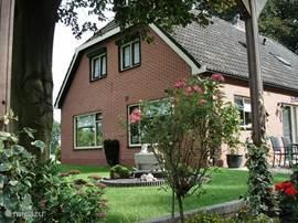 Het vakantie appartement dat door u bewoond wordt is op de beganegrond gelegen aan de voorzijde van de woning.