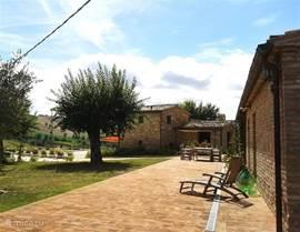 terras van het hoofdhuis met zicht op appartement Annesso en de zomerkeuken