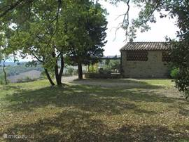 zijaanzicht huis vanaf de kant van het aangrenzende natuurterrein.