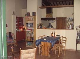 interieur met open keuken.'toscaans'plafond.