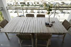Balkon op het oosten met eetgelegenheid