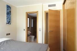 Ouder slaapkamer met eigen badkamer
