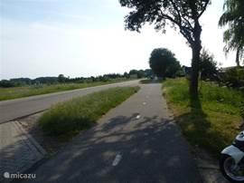 rustige landweg bij de ingang