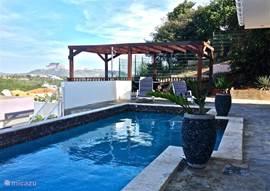 Zonnige zwembad met uitzicht op de tafelberg