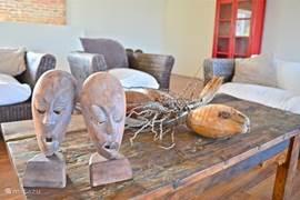 Balinese design meubels gemaakt van oude vissersboten, gecombineerd met Afrikaanse kunst.