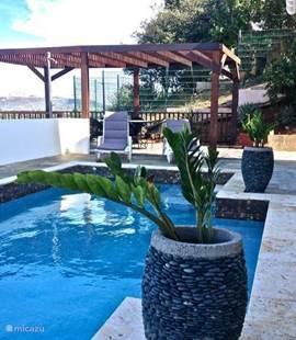 Zwembad met uitzicht op de tafelberg