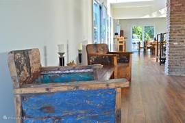 Balinese design meubels gemaakt van oude vissersboten, geven de woning een warm en huiselijk sfeer.