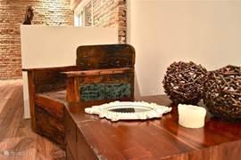 Balinese design meubels gemaakt van oude vissersboten, gecombineerd met koloniale meubels geven de woning een warm en huiselijk sfeer.