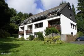 Het appartement ligt in dit kleinschalige complex op de begane grond. Rond het huis ligt een ruime zonnige tuin en het is omgeven door bos.
