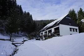 In de winter ligt het huis vaak onder een dikke pak sneeuw. In de omgeving kun je dan heerlijk wintersporten zoals skiën, snowboarden en langlaufen. En door het hoogteverschil in de tuin is het een ideale slee-plaats