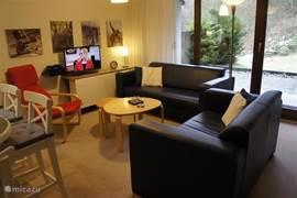 De zithoek beschikt over veel lichtinval en een prachtig uitzicht door de grote glazen pui. De flatscreen-tv beschikt over alle Nederlandse zenders in HD-kwaliteit.